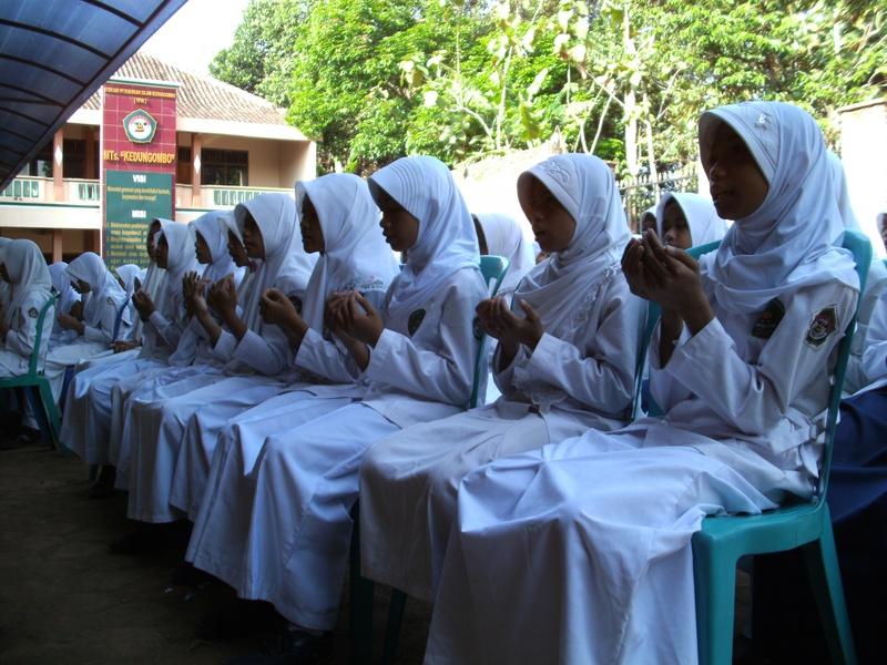 Para Siswi Khusyu' Berdo'a