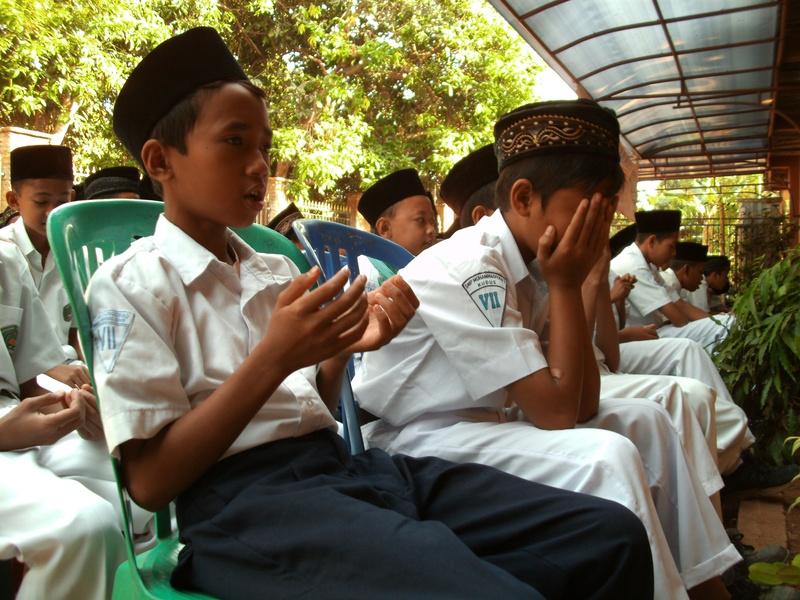 Para Siswa Khusyu' Berdo'a
